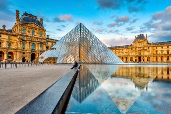 Музей Лувр в Париже фото