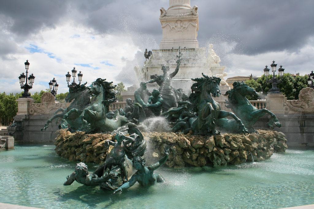 Фонтан на площади Кинконс в Бордо (Place des Quinconces)