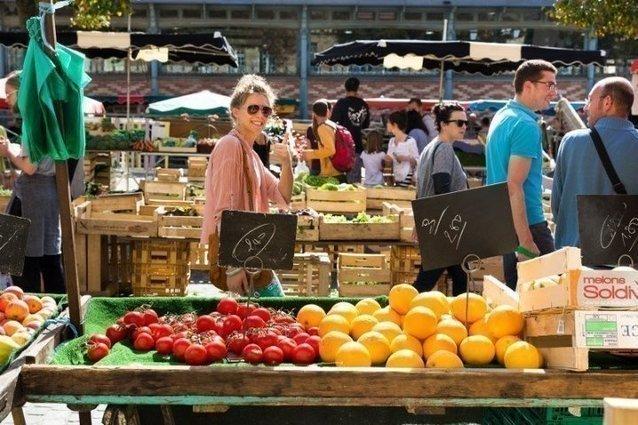 Рынок на площади Лис в городе Ренн