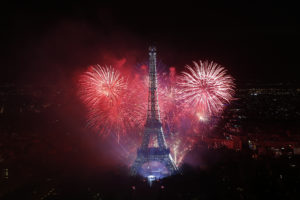 Париж Франция День Взятия Бастилии фейерверк