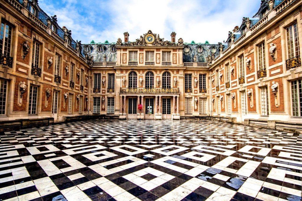 Кто построил Версальский дворец
