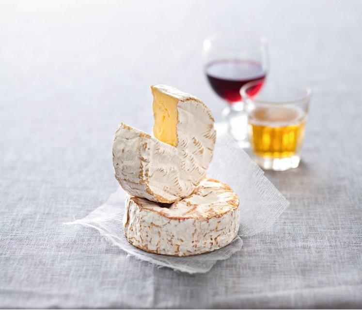 Сыр камамбер вино