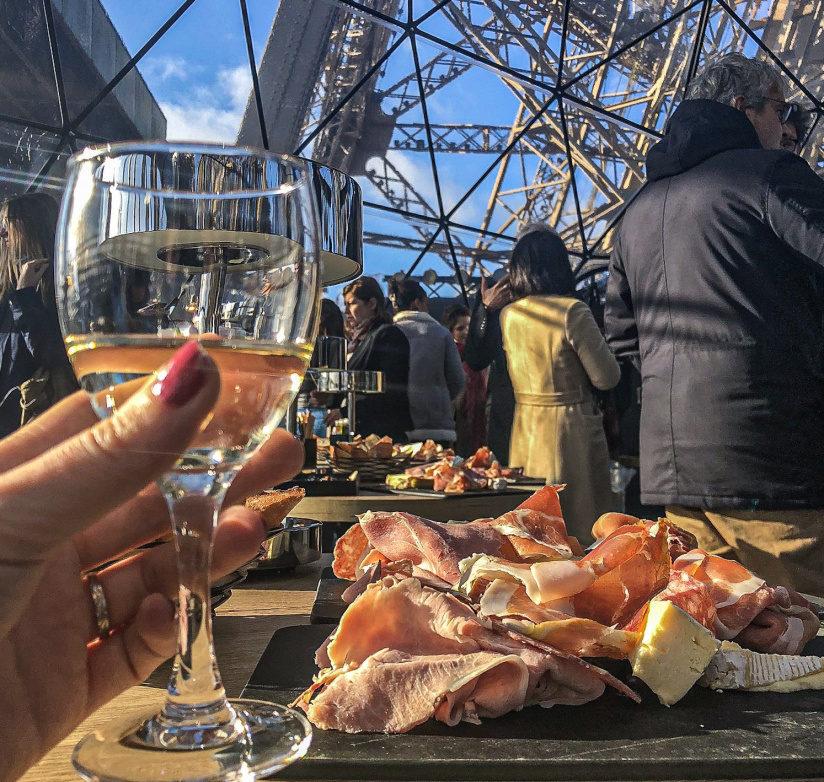 Дегустация вина на Эйфелевой башне