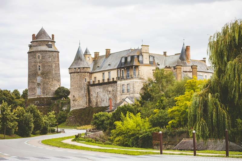 Замок Шатожирон во Франции